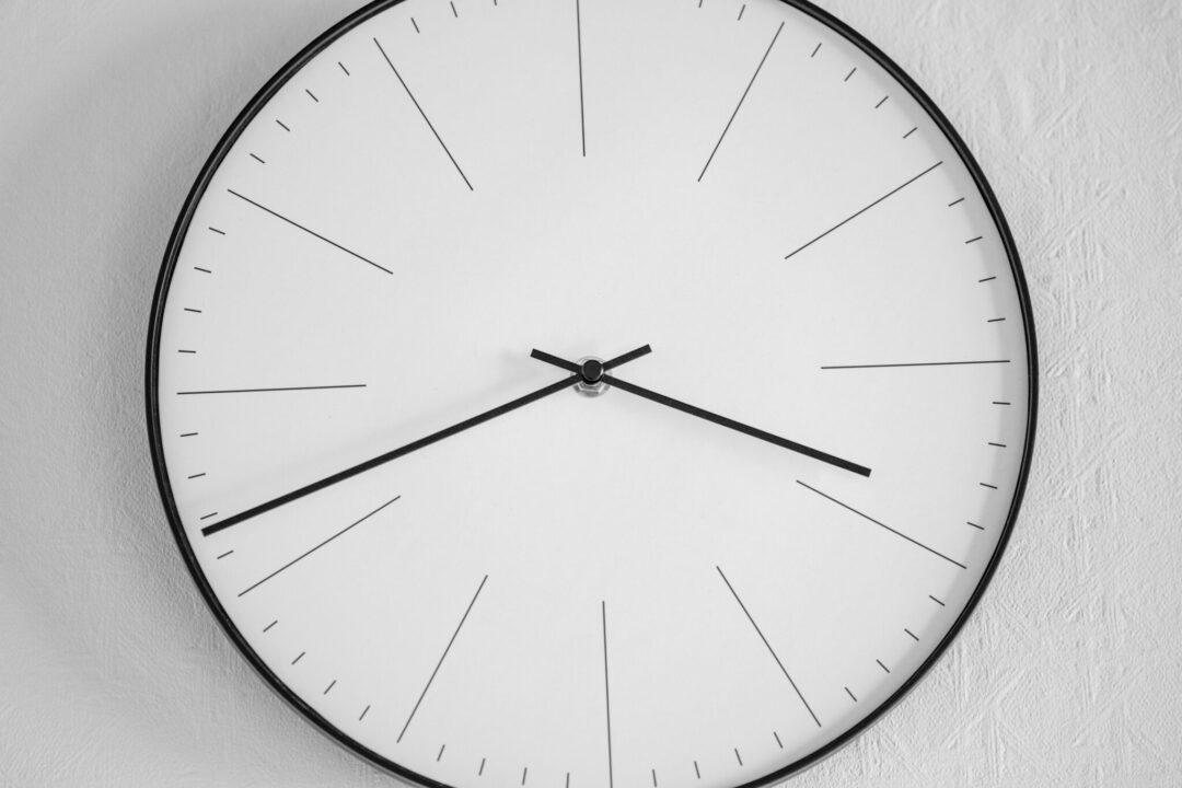 Validade do controle de ponto britânico manual isenta empregador de pagamento de horas extras