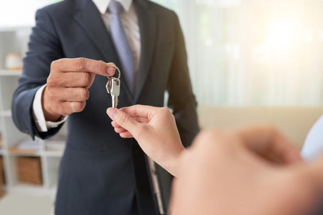 Cláusula resolutiva em contrato de alienação imobiliária dispensa ação prévia de rescisão